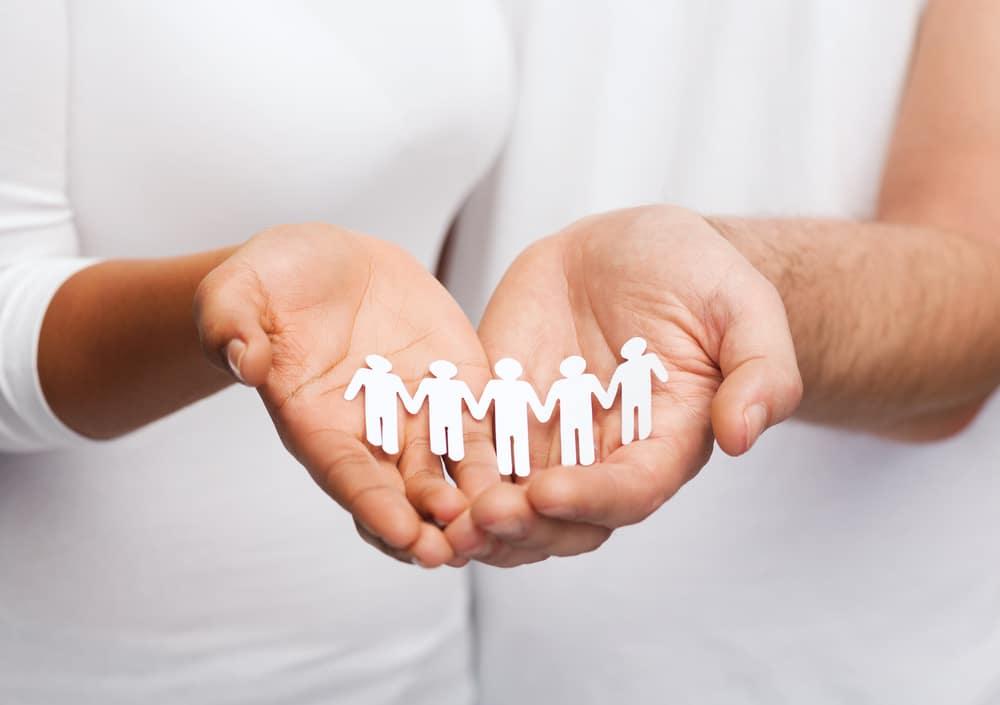 Qual é o trabalho de uma assistente social? Saiba tudo sobre a profissão!